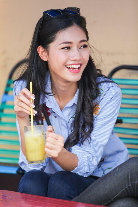 A hau Thanh Tu uong nuoc mia tren via he Sai Gon - Anh 4