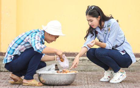 A hau Thanh Tu uong nuoc mia tren via he Sai Gon - Anh 6