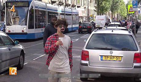 Justin Bieber bi fan phat hien deo rau nguy trang tren pho - Anh 2