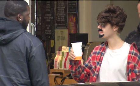 Justin Bieber bi fan phat hien deo rau nguy trang tren pho - Anh 4