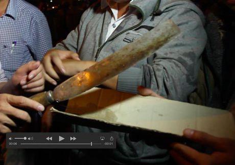 Bat doi tuong cam dao khong che con tin trong quan Internet - Anh 2