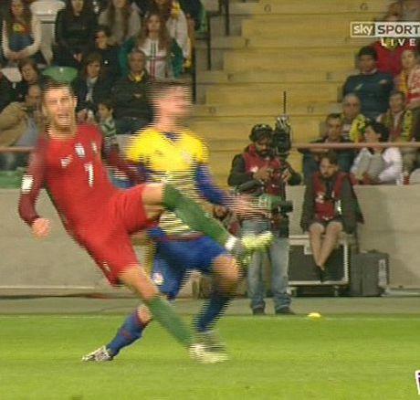 Hai cau thu Andorra bi duoi vi co gang triet ha Cristiano Ronaldo - Anh 1