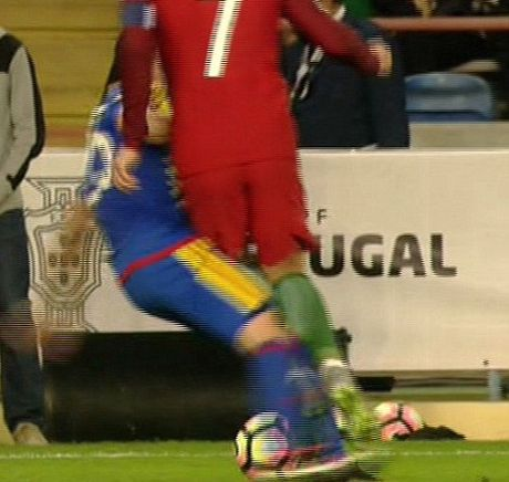 Hai cau thu Andorra bi duoi vi co gang triet ha Cristiano Ronaldo - Anh 2