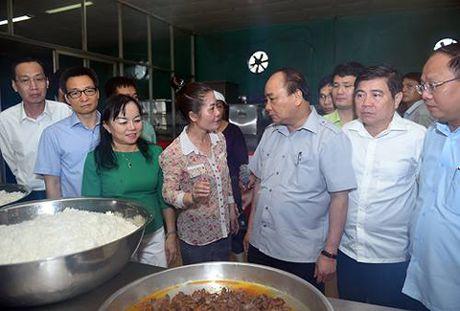 Chum anh: Thu tuong Nguyen Xuan Phuc di sieu thi, mua gio, kiem tra suat an cong nghiep - Anh 1
