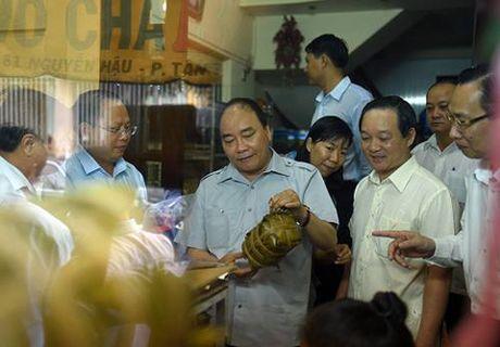 Chum anh: Thu tuong Nguyen Xuan Phuc di sieu thi, mua gio, kiem tra suat an cong nghiep - Anh 2