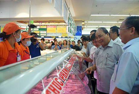 Chum anh: Thu tuong Nguyen Xuan Phuc di sieu thi, mua gio, kiem tra suat an cong nghiep - Anh 3