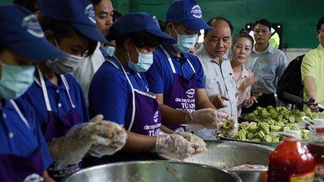 Chum anh: Thu tuong Nguyen Xuan Phuc di sieu thi, mua gio, kiem tra suat an cong nghiep - Anh 8