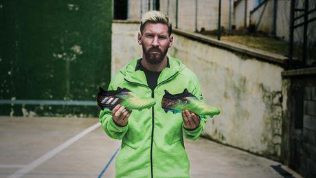 Messi tranh thu ra mat giay 'doc' trong thoi gian duong thuong - Anh 1