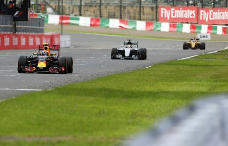 Sai lam luc xuat phat, Hamilton guong cuoi ngay Mercedes vo dich truoc bon chang dua - Anh 5