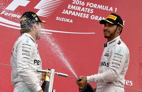 Sai lam luc xuat phat, Hamilton guong cuoi ngay Mercedes vo dich truoc bon chang dua - Anh 8