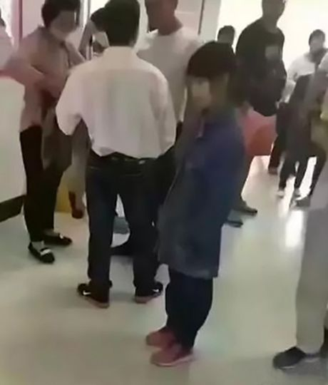 Bi bat giu khi dua 'vo' 12 tuoi di kham thai - Anh 1