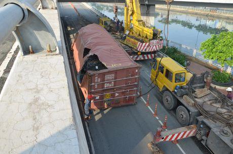 Thung container roi tu tren cau xuong dat, rach buom - Anh 1
