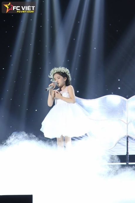 Liveshow 4 'The Voice Kids': Chiara, Bang Giang 'nam tay' nhau ra ve trong tiec nuoi - Anh 12