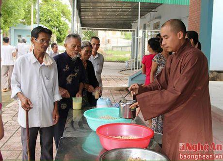 Yen Thanh: Trao chao tinh thuong cho benh nhan ngheo - Anh 1