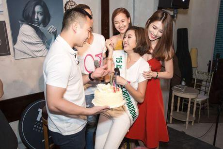 A hau Thuy Van oa khoc khi ban trai bat ngo chuc sinh nhat tai buoi offline - Anh 3