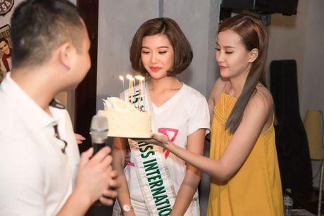 A hau Thuy Van oa khoc khi ban trai bat ngo chuc sinh nhat tai buoi offline - Anh 4