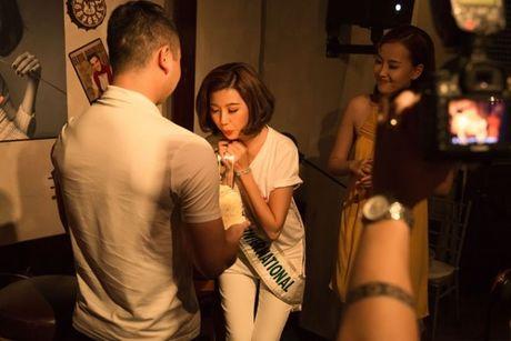 A hau Thuy Van oa khoc khi ban trai bat ngo chuc sinh nhat tai buoi offline - Anh 5