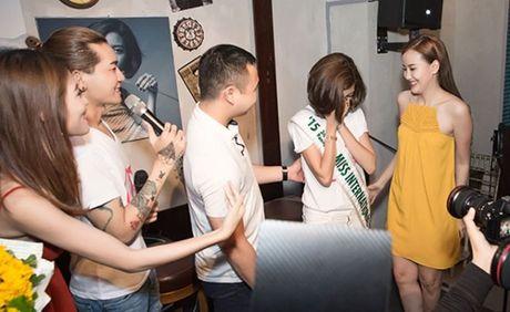 A hau Thuy Van oa khoc khi ban trai bat ngo chuc sinh nhat tai buoi offline - Anh 6