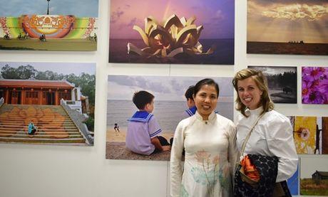 Hoa si Nguyen Thu Thuy mang anh Truong Sa den Duc - Anh 1