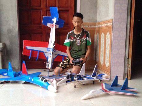 Hoc sinh lop 11 che mo hinh thu nho may bay Su-37 - Anh 1
