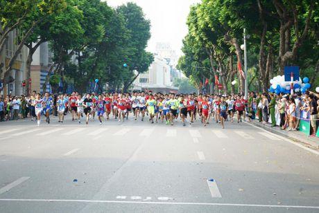 Hon 1000 VDV tranh tai tren duong chay giai bao Ha Noi Moi - Anh 1