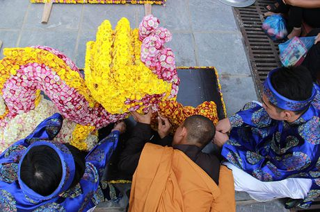 Van nguoi tray hoi hoa cuc chua Ba Vang - Anh 7