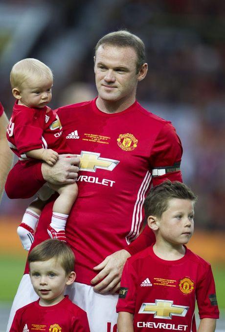 Sap giai nghe, Rooney va Carrick gui gam con trai cho Man Utd - Anh 2