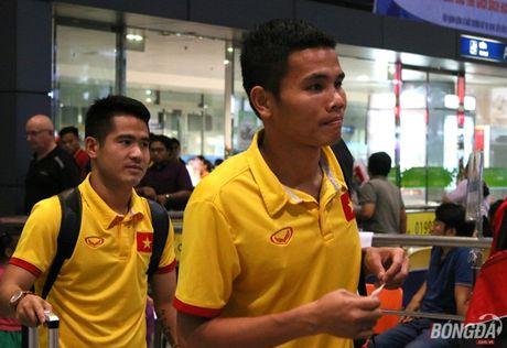 Cong Vinh va HLV Huu Thang lo chuyen xe ve khach san - Anh 1