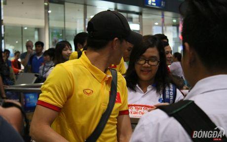 Cong Vinh va HLV Huu Thang lo chuyen xe ve khach san - Anh 2