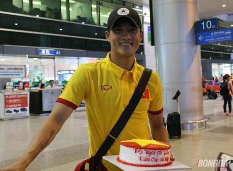 Cong Vinh va HLV Huu Thang lo chuyen xe ve khach san - Anh 3