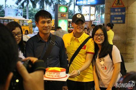 Cong Vinh va HLV Huu Thang lo chuyen xe ve khach san - Anh 4