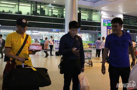 Cong Vinh va HLV Huu Thang lo chuyen xe ve khach san - Anh 5