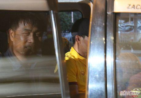 Cong Vinh va HLV Huu Thang lo chuyen xe ve khach san - Anh 6