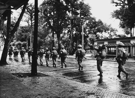 Can canh giay phut chuyen giao quyen luc o HN ngay 10/10/1954 - Anh 10
