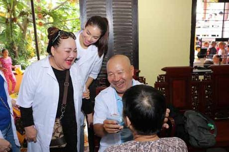 NSND Ngoc Giau cung Pham Huong khoac blouse trang lam tu thien - Anh 3