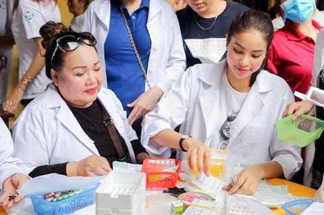 NSND Ngoc Giau cung Pham Huong khoac blouse trang lam tu thien - Anh 4