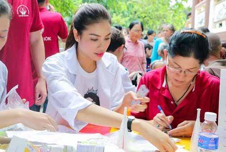 NSND Ngoc Giau cung Pham Huong khoac blouse trang lam tu thien - Anh 5