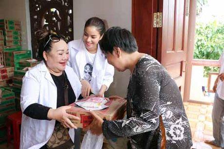 NSND Ngoc Giau cung Pham Huong khoac blouse trang lam tu thien - Anh 6
