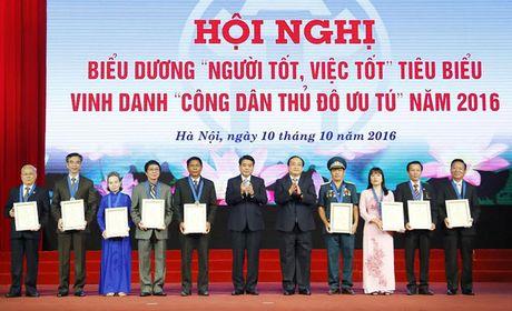 Ha Noi: Bieu duong 'Nguoi tot, viec tot' va vinh danh 9 'Cong dan Thu do uu tu' nam 2016 - Anh 4