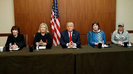 Ong Trump phan phao: Nhung phu nu to ong Clinton bat ngo xuat hien - Anh 1