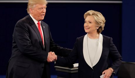 "Ba Clinton va ong Trump bat ngo danh cho nhau ""loi co canh"" - Anh 1"