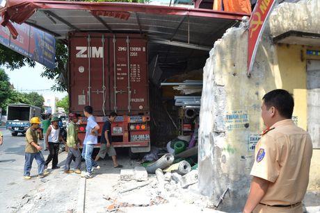 Xe container cung luc dam sap 4 nha dan - Anh 1