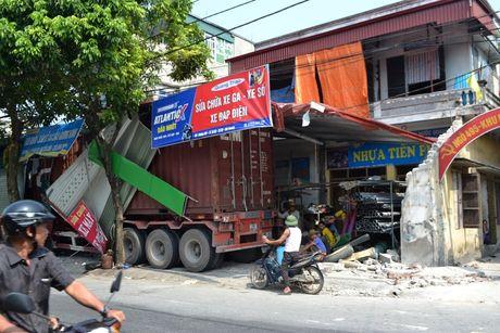 Xe container cung luc dam sap 4 nha dan - Anh 3