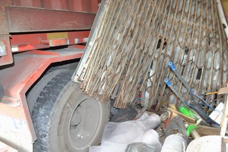 Xe container cung luc dam sap 4 nha dan - Anh 6