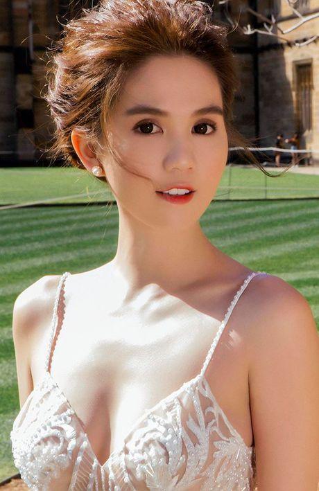 Ngoc Trinh dien dam cong chua don tim fan ham mo - Anh 9