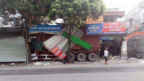 Container mat lai dam sap 3 nha dan ven duong - Anh 2