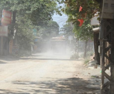 TX Quang Yen (Quang Ninh): Xe trong tai 'hoanh hanh', duong lien xa bi 'bam nat! - Anh 1