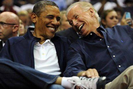 Tong thong Barack Obama tu lam vong tay tinh ban tang Pho tong thong Joe Biden - Anh 2
