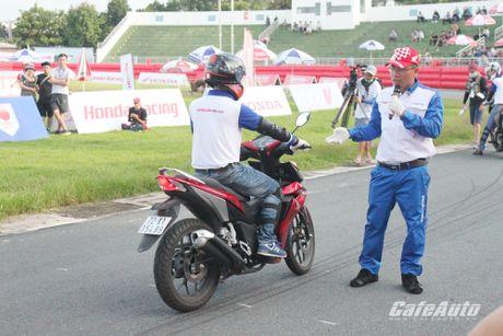 Giai dua xe mo to cup quoc gia vong 11 nam 2016: Kich tinh den phut cuoi cung - Anh 2