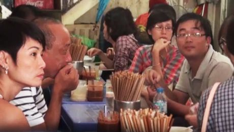 'Bun chui' Ha Noi: Chap nhan bi chui de an ngon? - Anh 2